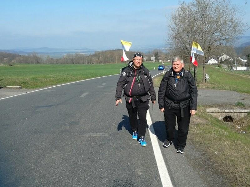 Pokonali prawie 600 km… Ksiądz Grzegorz czuje sie na siłach i nie odpuszcza.