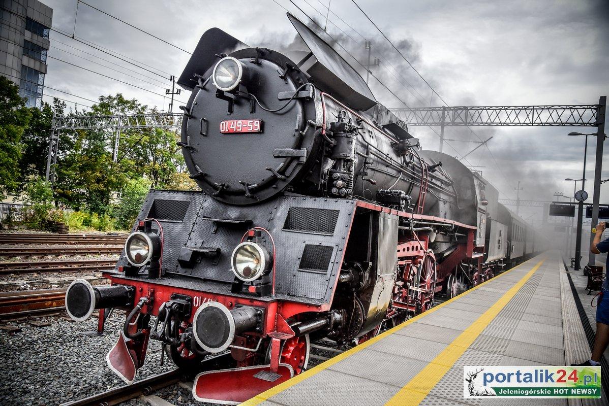 Pociąg Retro na dworcu w Jeleniej Górze