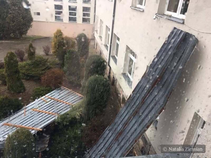 Zerwany dach hali we Wleniu