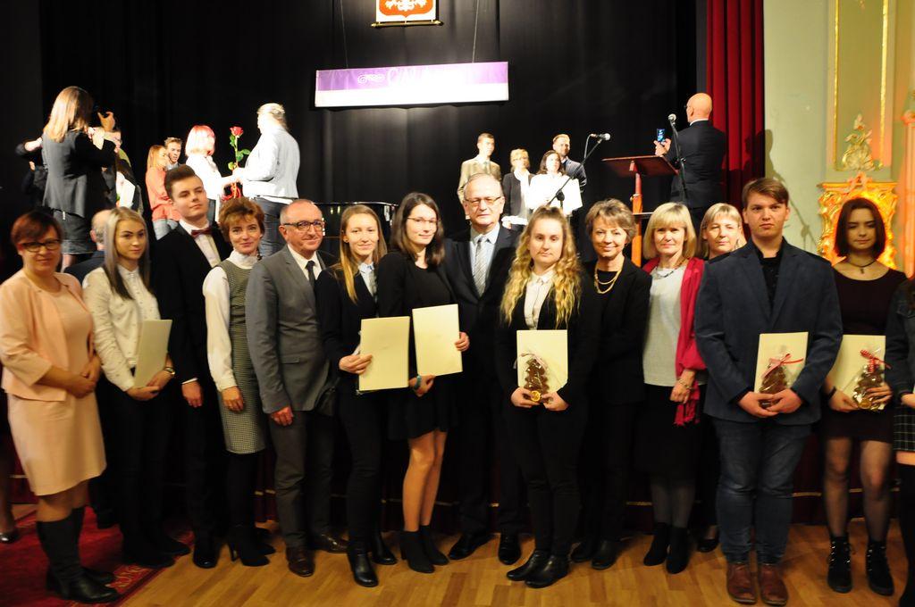 Dyplomy stypendialne Prezesa Rady Ministrów dla młodych jeleniogórzan.
